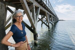 Fundraiser Kirsten Juni under broen i Arnager