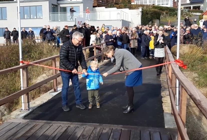 Borgmester Winni Grosbøll klippede snoren med hjælp fra formandens barnebarn, Loui.